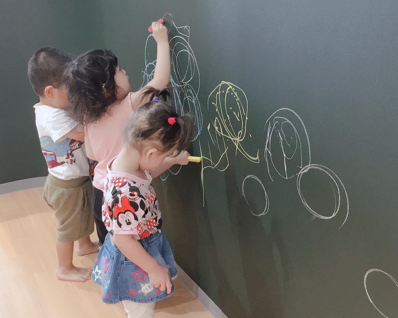 大きい黒板にお絵かき|大阪・上本町の保育園レオラ