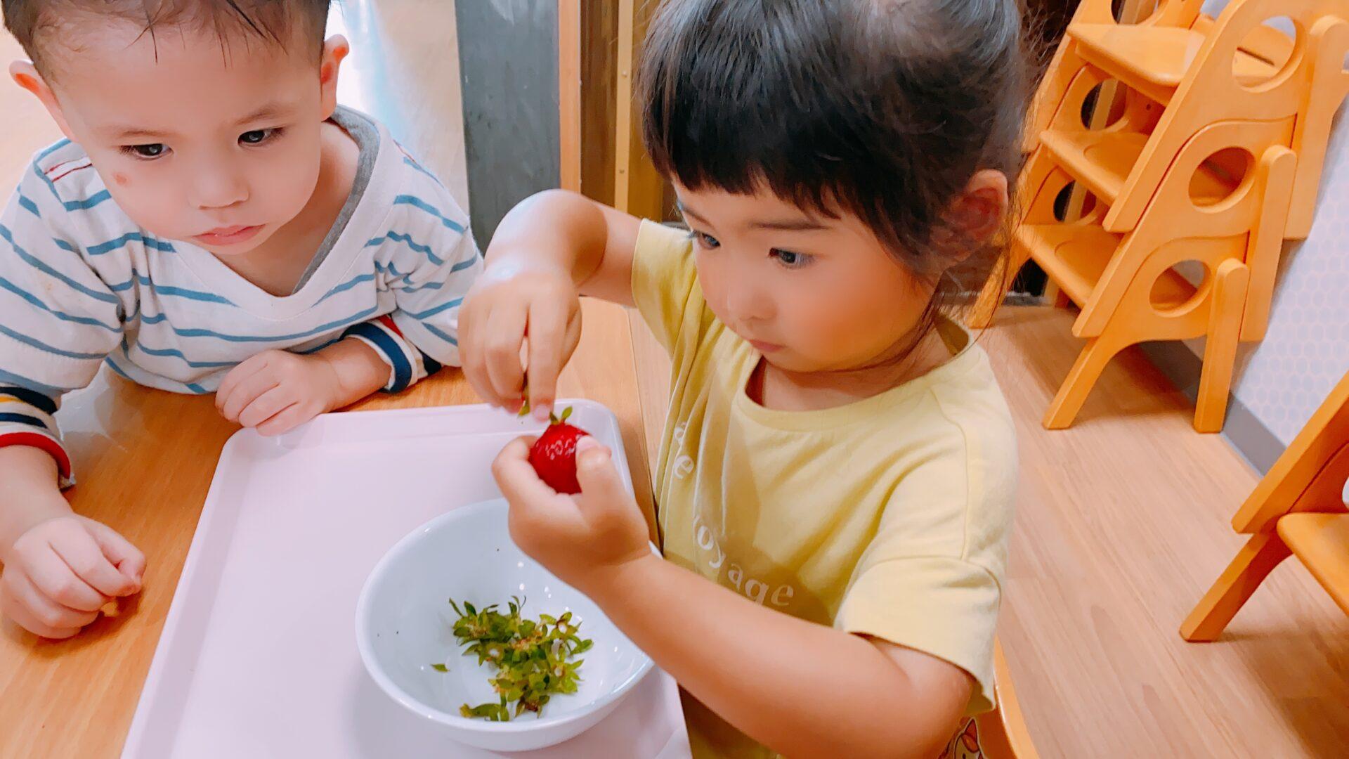 えんどう豆の皮むきといちごジャム作り|大阪・上本町の保育園レオラ